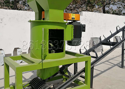 Vertical manure fertilizer crusher